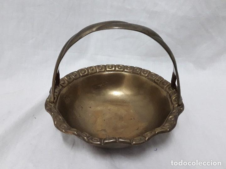 Antiguo vaciabolsillos de bronce forma de cesta segunda mano