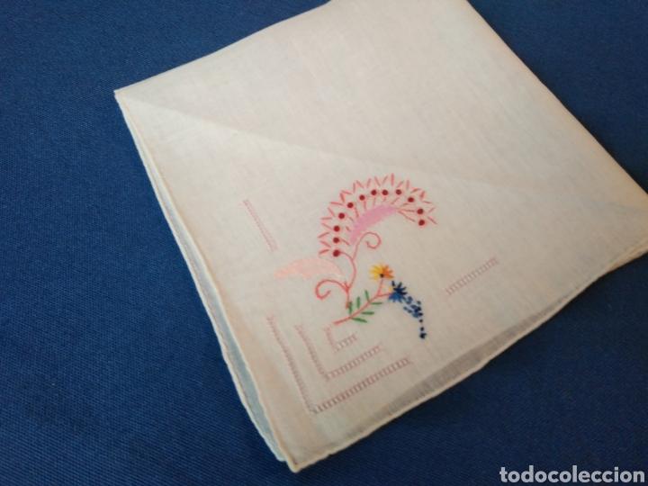 Antigüedades: Vitage pañuelo bordado a mano - Foto 2 - 128078634