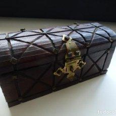 Antigüedades: CAJA DE MADERA TALLADA CON FORMA DE COFRE (21,5 X 9,5 CM). Lote 128085523