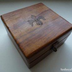 Antigüedades: CAJA DE MADERA CON UNA FLOR DE LIS DE BRONCE INCRUSTADA EN LA TAPA (11,5 X 11,5 CM). Lote 128085735