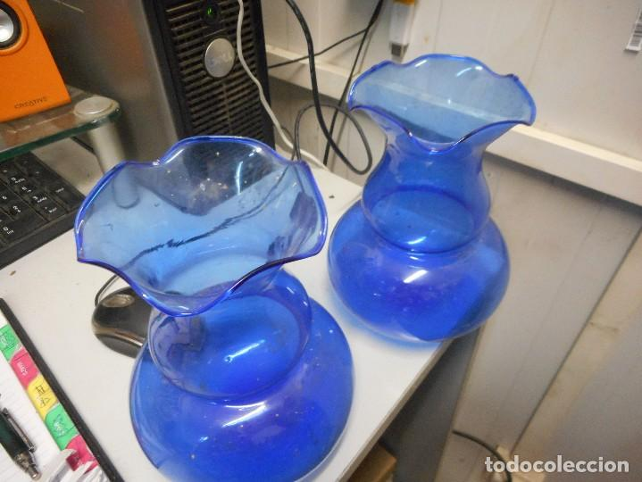 Antigüedades: preciosa pareja jarrones violeteros fino cristal azul - Foto 2 - 128141359