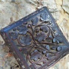 Antigüedades: ANTIGUA CAJITA DE MADERA DE CASTAÑO TALLADA. Lote 128143863
