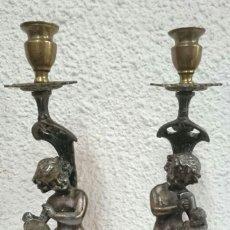 Antigüedades: ANTIGUA PAREJA DE CANDELABROS, ÁNGELOTES UNO ESCULTOR Y EL OTRO PINTOR. BRONCE, NOGAL Y PLOMO. 30CM. Lote 128149959