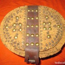Antigüedades: ANTIGUA FIAMBRERA CORCHO ARTE PASTORIL REALIZADA POR PASTORES DECORADA CON DIBUJOS Y TACHUELAS. Lote 128166283