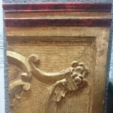 Antigüedades: ANTIGUO TROZO DE RETABLO DE MADERA DE PINO DORADO AL ORO FINO. SIGLO XVII. Lote 128184427