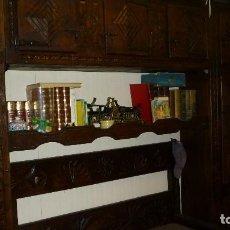 Antigüedades: MUEBLE VASCO ANTIGUO MADERA MACIZA TALLADO CON BANCO. Lote 128201327