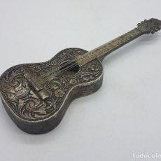 Antigüedades: ORIGINAL ABRIDOR PARA BOTELLINES ANTIGUO EN FORMA DE GUITARRA EN METAL PLATEADO CON BELLOS RELIEVES . Lote 128288871