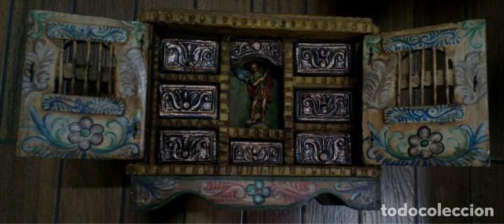 BARGUEÑO MADERA CON EL ARCANGEL SAN MIGUEL (Antigüedades - Muebles Antiguos - Bargueños Antiguos)