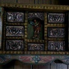 Antigüedades: BARGUEÑO MADERA CON EL ARCANGEL SAN MIGUEL. Lote 128298831