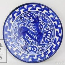 Antigüedades: PLATO DE CERÁMICA ARTESANAL DE TALAVERA PINTADA A MANO - MARCADA M. VALERO - GALLO - DIÁM. 25 CM. Lote 128310263