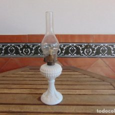 Antigüedades: QUINQUE EN OPALINA O CRISTAL BLANCO Y CHIMENEA DE CRISTAL. Lote 128377799