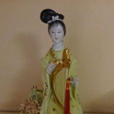 Antigüedades: FIGURA DE PORCELANA DAMA CHINA CON ARPA. MARCA EN BASE MADE IN CHINA. ALTURA 26 CM. Lote 128441951