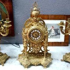 Antigüedades: ANTIGUA GUARNICIÓN, CANDELABROS, RELOJ DE BRONCE, ESTILO IMPERIO.. Lote 128442507