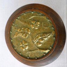 Antigüedades: CAJA DE MADERA CON LATON REPUJADO. Lote 128474991