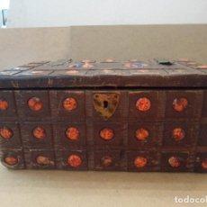 Antigüedades: BAÚL ANTIGUO DE MADERA, COBRE Y ESMALTE. Lote 128482515