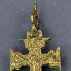 Antigüedades: CRUZ DE CARAVACA EN BRONCE DORADO SIGLO XVIII. Lote 128525811