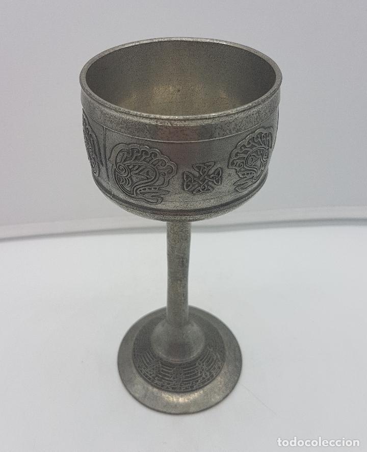 Antigüedades: Copa antigua en peltre con motivos maories en relieve . - Foto 2 - 128537771