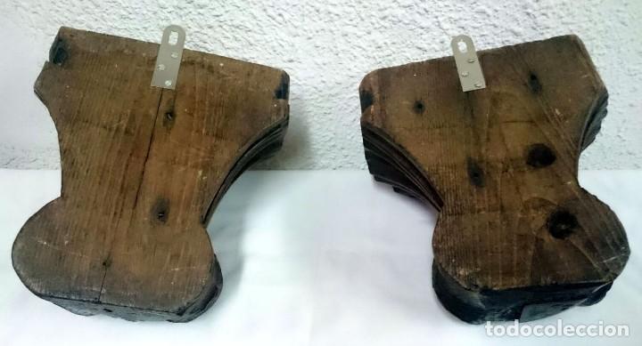 Antigüedades: Antigua pareja de ménsulas, peana,repisa de madera de castaño. Piezas barrocas. Siglo XVIII.23x23x18 - Foto 4 - 128540167