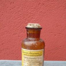 Antigüedades: ANTIGUA BOTELLA, FRASCO DE FARMACIA. FOSFATO DISÓDICO - CRIS. PUR. QUÍMICA ASTURIANA S.A. 15CM. Lote 128557843