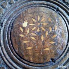 Antigüedades: PEQUEÑA MESA OTOMANA DE MADERA LABRADA A GUBIA Y FORMON Y TARACEA HUESO.. Lote 128564303