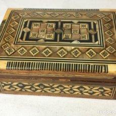 Antigüedades: CAJA JOYERO ORIENTAL EN MADERA MARQUETERIA DE NACAR Y HUESO , MED. 5X8,5X12 CM.. Lote 128568075