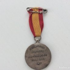 Antigüedades: MEDALLA CON BANDERA DE LOS PRIMEROS VIERNES NACIONALES 1943 - 1944. Lote 128582783