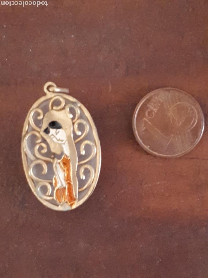 MEDALLA SÍMIL NÁCAR TRANSLÚCIDO METAL DORADO VIRGEN (Antigüedades - Religiosas - Medallas Antiguas)