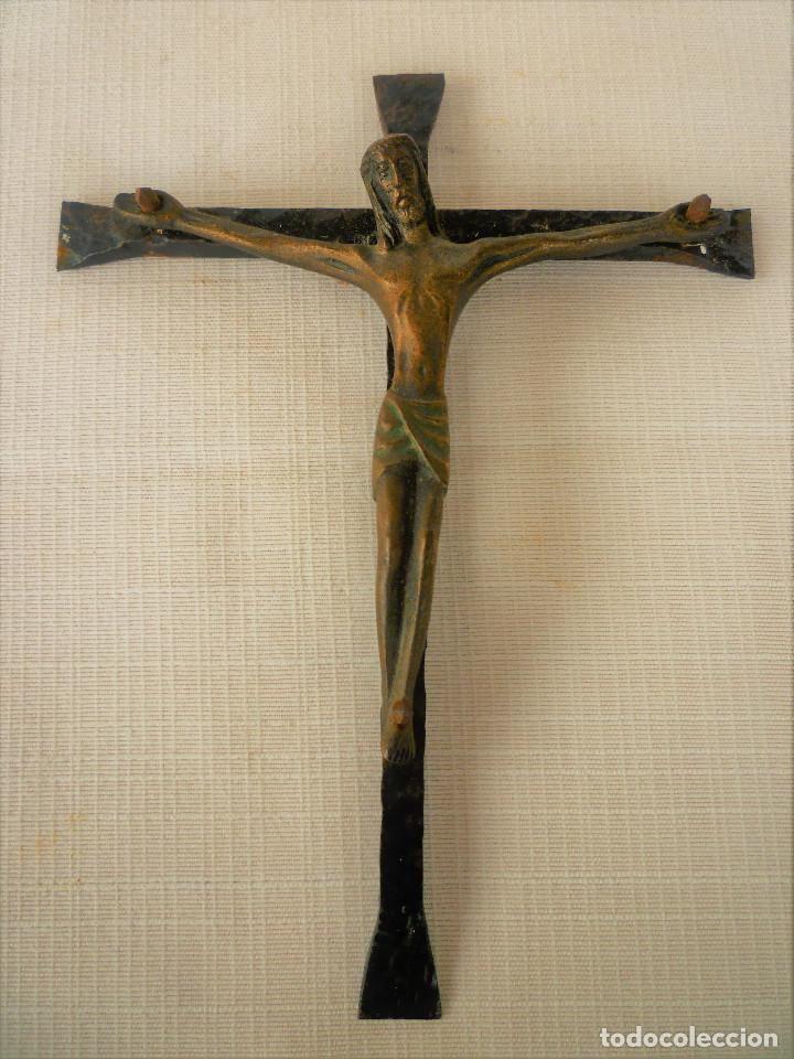 CRUCIFIJO DE FORJA CON CRISTO DE BRONCE (Antigüedades - Religiosas - Crucifijos Antiguos)