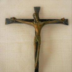 Antigüedades: CRUCIFIJO DE FORJA CON CRISTO DE BRONCE. Lote 128691547