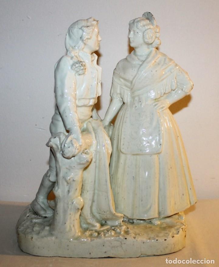 PAREJA DE VALENCIANOS EN LOZA VIDRIADA DE PRINCIPIOS DEL SIGLO XX - POSIBLEMENTE DE PEYRO (Antigüedades - Porcelanas y Cerámicas - Manises)