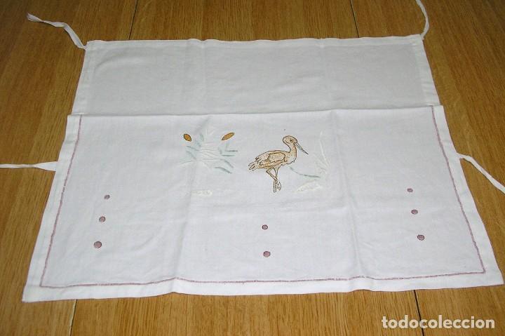 Antigüedades: Antigua funda o forro para almohada de cuna,bordada a mano. - Foto 2 - 128749683