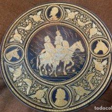Antigüedades: BUEN PLATO DAMASQUINADO DE TOLEDO. QUIJOTE Y SANCHO. REVERSO CON PATAS PLATEADO. Lote 128750571