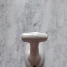 Antigüedades: ANTIGUO COLGADOR DE PORCELANA.. Lote 139306290