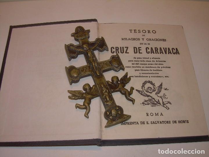 ANTIGUA Y BONITA CRUZ DE CARAVACA CON LIBRO DE EXORCISMOS Y BENDICIONES. (Antigüedades - Religiosas - Cruces Antiguas)