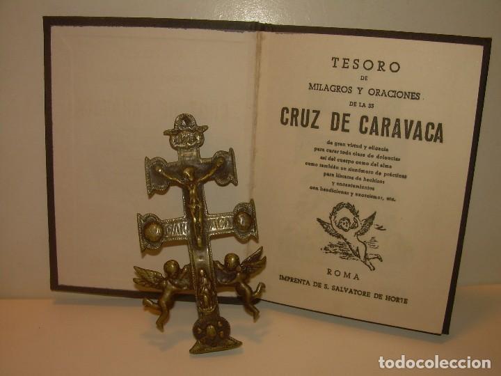 Antigüedades: ANTIGUA Y BONITA CRUZ DE CARAVACA CON LIBRO DE EXORCISMOS Y BENDICIONES. - Foto 2 - 128767015