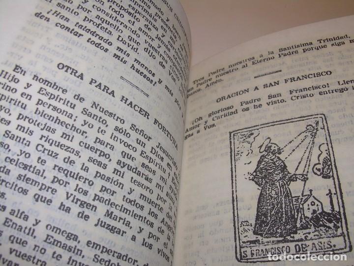 Antigüedades: ANTIGUA Y BONITA CRUZ DE CARAVACA CON LIBRO DE EXORCISMOS Y BENDICIONES. - Foto 16 - 128767015