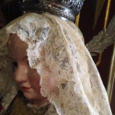 Antigüedades: PRECIOSA PUNTILLA ENCAJE BLONDA TOCADO 107X24 CM ORIGINAL PARA MANTILLA CHANTILLY VIRGEN DE VESTIR. Lote 128806007