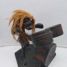 Antigüedades: ANTIGUA ESCULTURA AFRICANA HECHA A MANO EN MADERA DE MÚSICO TOCANDO LOS BONGOS.. Lote 128825979