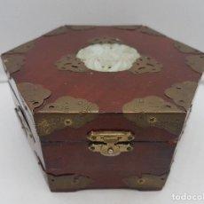 Antigüedades: ORIGINAL CAJA CHINO HEXAGONAL DE MADERA CON APLICACIONES DE BRONCE Y MEDALLÓN DE JADE.. Lote 128828179