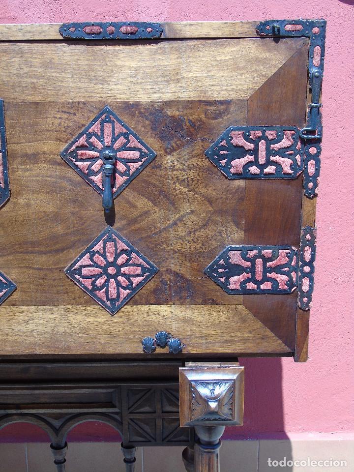 Antigüedades: ANTIGUO BARGUEÑO CON PIES, DE NOGAL Y HERRAJES. PRINCIPIO SG XX - Foto 7 - 128849635