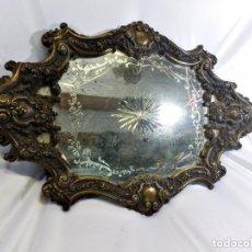 Antigüedades: MARAVILLOSA BANDEJA DE BRONCE ÉPOCA ISABELINA, S XIX. ESPEJO CENTRAL TALLADO CON PÁTINA ANTIGUA.. Lote 128888291