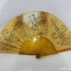 Antigüedades: ABANICO 1890 PINTADO A MANO EN ASTA Y BORDADO CON HILOS DE ORO, ESCENA CORTESANA. Lote 128901643