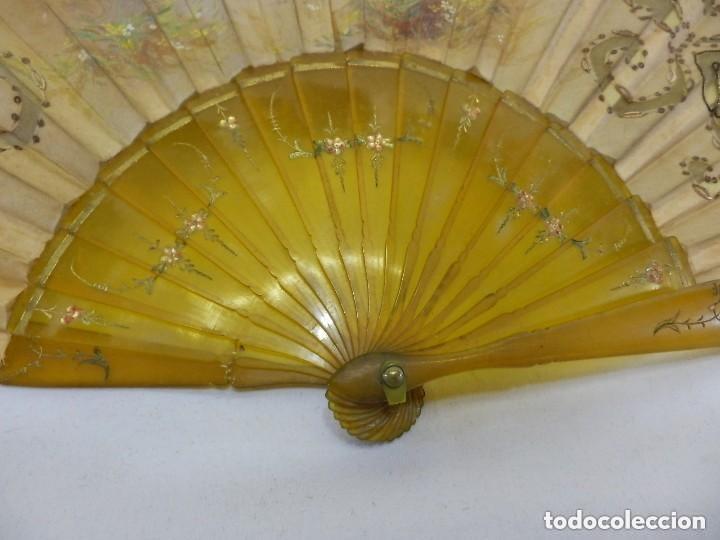 Antigüedades: Abanico 1890 pintado a mano en asta y bordado con hilos de oro, escena cortesana - Foto 2 - 128901643