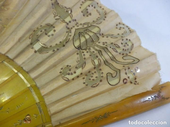 Antigüedades: Abanico 1890 pintado a mano en asta y bordado con hilos de oro, escena cortesana - Foto 3 - 128901643