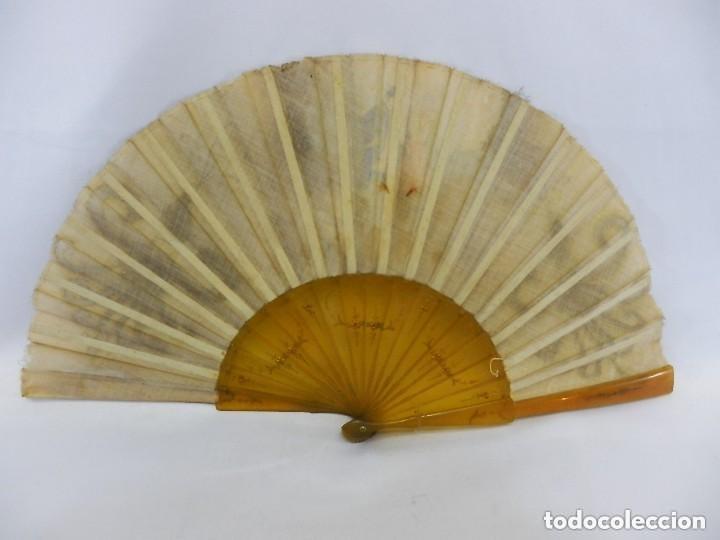 Antigüedades: Abanico 1890 pintado a mano en asta y bordado con hilos de oro, escena cortesana - Foto 4 - 128901643