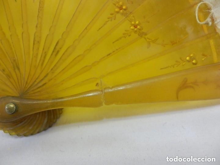 Antigüedades: Abanico 1890 pintado a mano en asta y bordado con hilos de oro, escena cortesana - Foto 5 - 128901643