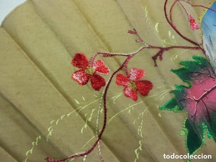 Antigüedades: Abanico pericón ca 1920 en madera y textil con paisaje pintado a mano y bordados - 54cms - Foto 3 - 128919931