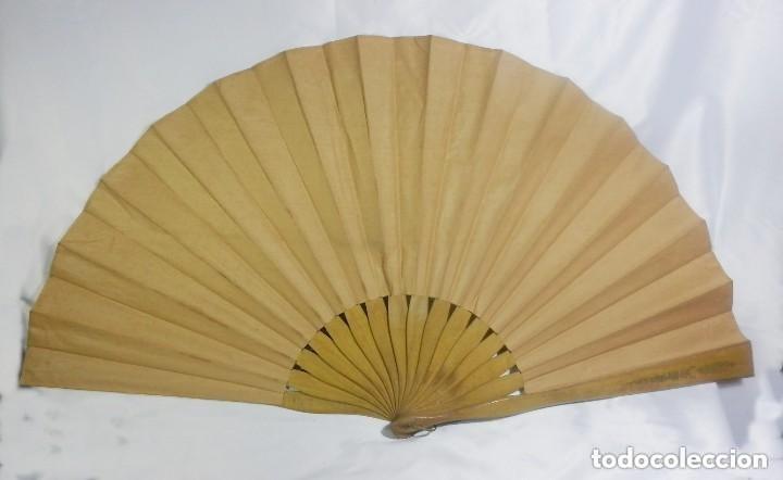 Antigüedades: Abanico pericón ca 1920 en madera y textil con paisaje pintado a mano y bordados - 54cms - Foto 5 - 128919931