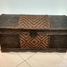 Antigüedades: BONITO ARCON BAUL CHAPA MADERA. Lote 128924183