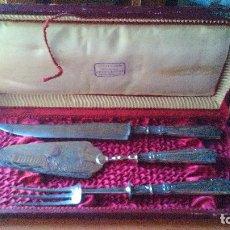 Antigüedades: CUBERTERIA ANTIGUA EN ESTUCHE - JUEGO DE 3 GRANDES PIEZAS DECORADAS .ZXY.. Lote 128925423